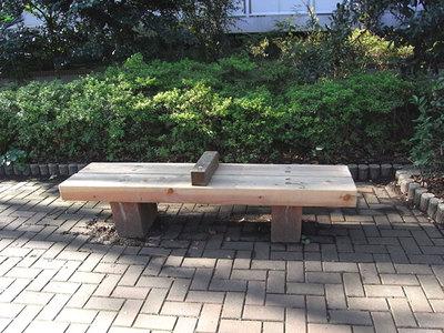 仕切りのついたベンチ