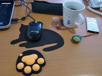 机上のネコたち
