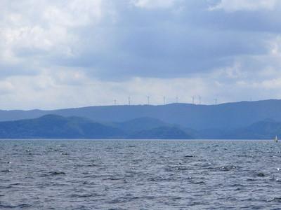 対岸に見える布引高原