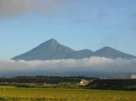 低い雲の上に姿を見せる磐梯山