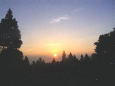 東京都奥多摩 御岳山麓から見た朝日 '04/08/01