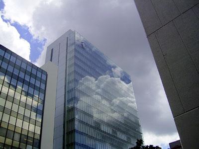 ビルの壁面に映った入道雲