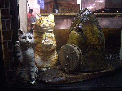 お店の窓飾りのネコたち