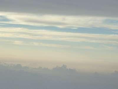 飛行機の窓から眺めた雲