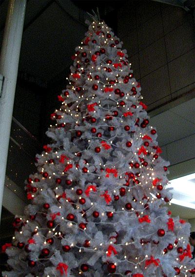 赤いオーナメントを飾った白いツリー