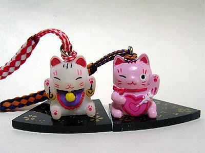 両手招き猫と恋愛運アップ招き猫
