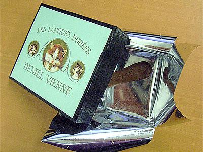 ネコ柄のチョコレート箱とチョコレート